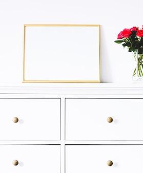 白い家具の黄金のフレームモックアップポスタープリントと印刷可能なアートオンラインショップショーケースの豪華な家の装飾とデザイン