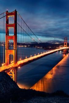 ゴールデンゲートブリッジとサンフランシスコの日没時のライト