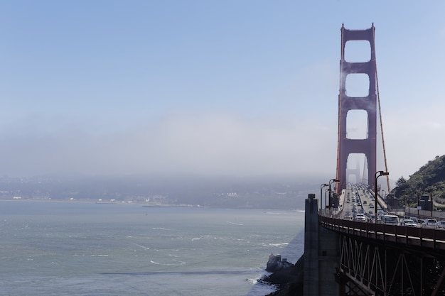 カリフォルニア州サンフランシスコの昼間は霧に覆われたゴールデンゲートブリッジ