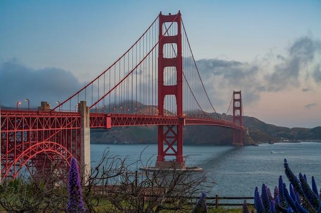 샌프란시스코 미국 일출에 조명된 금문교