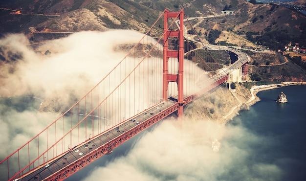 サンフランシスコの霧の中のゴールデンゲートブリッジ