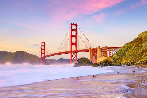 일몰 때 캘리포니아 샌프란시스코의 금문교.