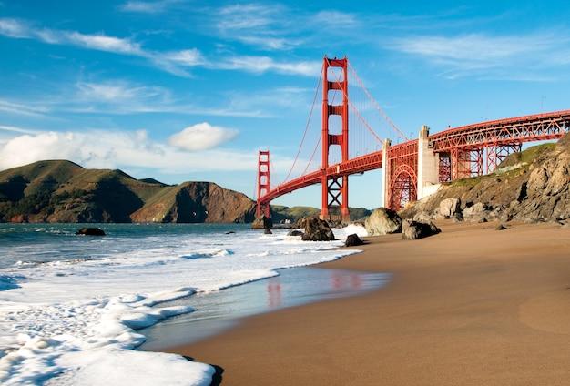 ビーチからの眺めのサンフランシスコのゴールデンゲートブリッジ