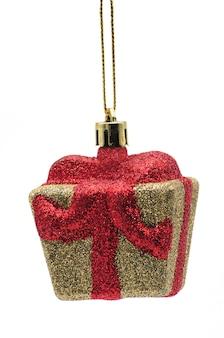 孤立した白い背景の上の黄金のギフトボックスのクリスマスのおもちゃ