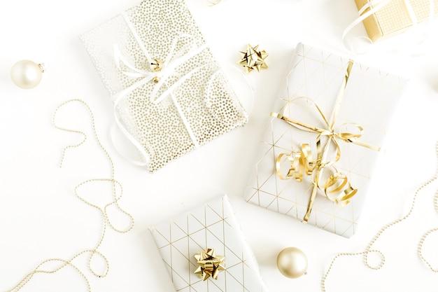 황금 선물 상자, 흰색 표면에 장식. 평면 위치, 평면도