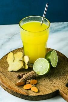 Золотой имбирь и куркума напиток с соком лайма. здоровый противовоспалительный напиток натуральной медицины и натуропатии