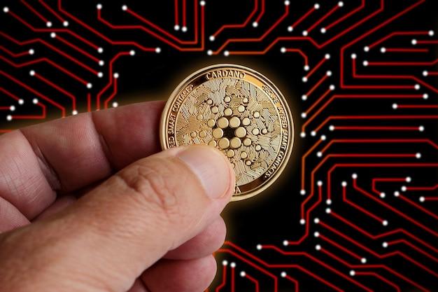 격리된 컴퓨터 인쇄 회로 기판에 있는 황금빛 디지털 카르다노. 암호화폐 시장 거래소 홍보, 뉴스, 토큰 판매, 블록체인 펀드 사용