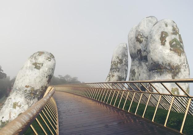 베트남에서 황금 손 다리