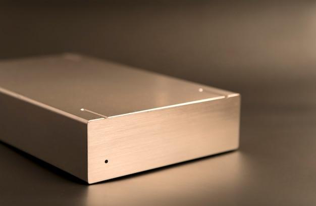 Золотой жесткий диск на сером фоне