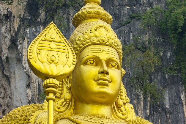 Золотая статуя хинду в пещерах бату, куала-лумпур, малайзия