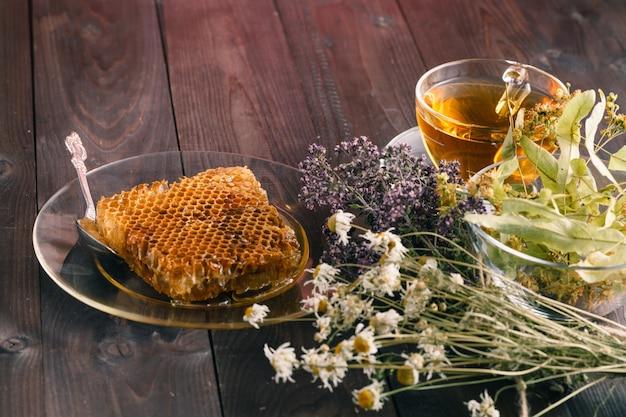 木の表面に蜂蜜と紅茶のリンデンの花とゴールデンハニカム