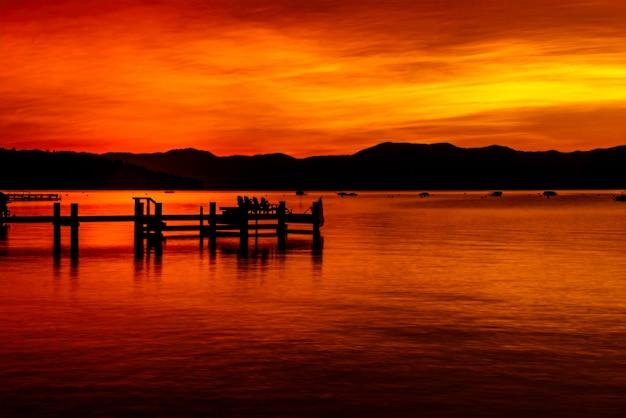 日の出前の早朝のゴールデンアワー、カリフォルニア州タホ湖