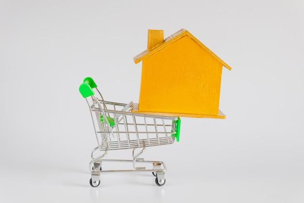 쇼핑 카트 트롤리, 주택 및 부동산 개념 골든 하우스.