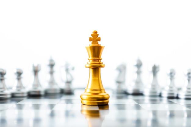 Шахматы золотой король на доске