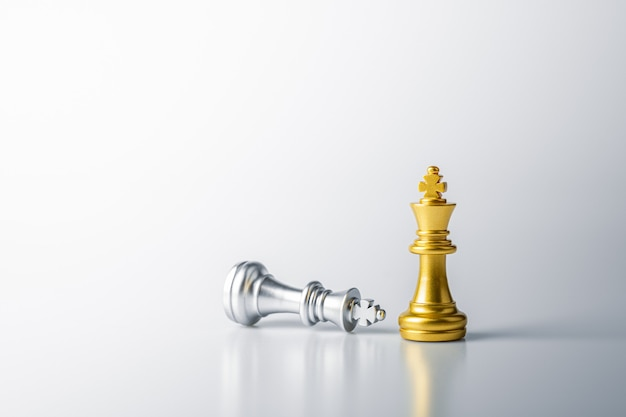 Золотые королевские шахматы стоят перед поражением серебряных королевских шахмат