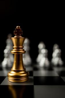 他のチェスの前に立っているゴールデンキングチェス