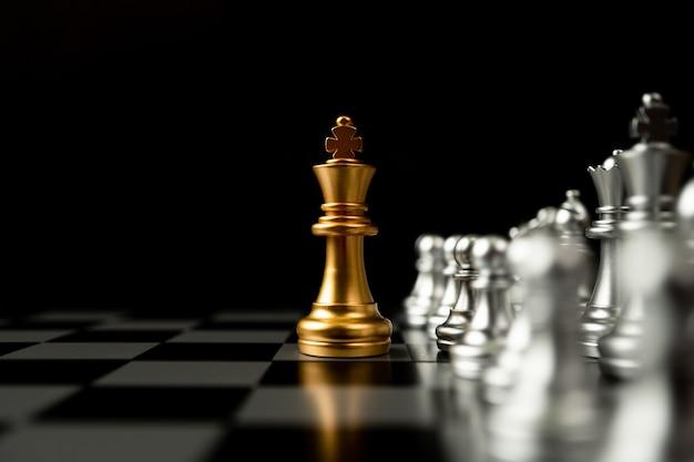 다른 체스 앞에 서있는 골든 킹 체스