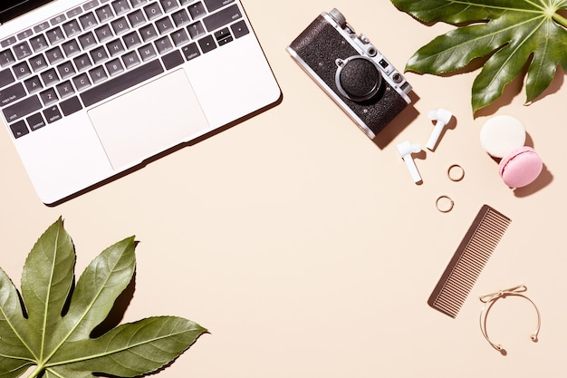 녹색 잎 베이지색 바탕에 황금 노트북입니다. 뷰티 우먼 블로그. 평면도, 평면도. 홈 오피스 데스크입니다.