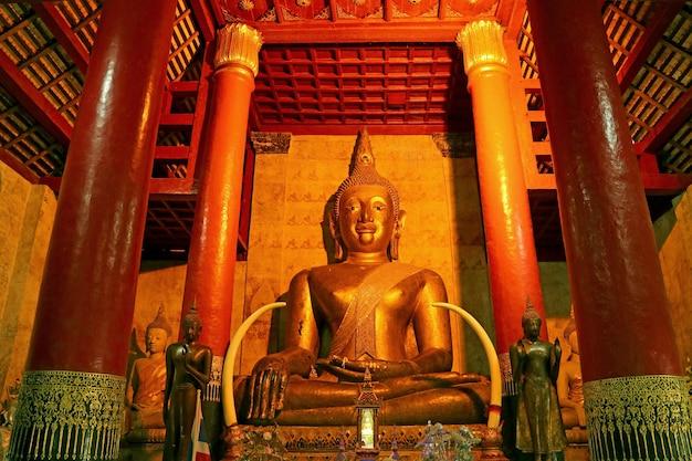Золотое большое изображение будды в храме ват пхра тхат чанг кхам воравихан, таиланд