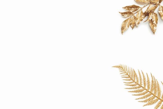 Золотой лавровый лист, изолированные на белом фоне с копией пространства