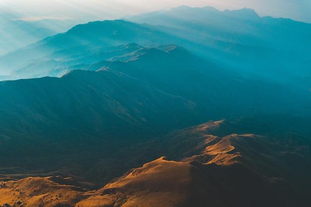 朝日と霧の黄金の光