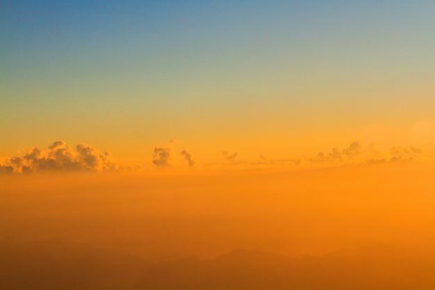 空と雲の朝の日の出と黄金の光