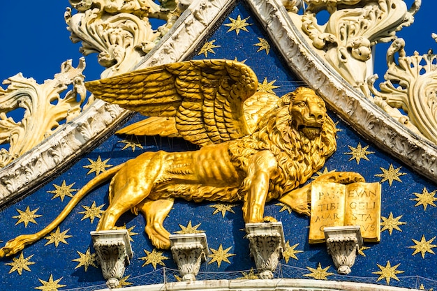 베니스의 상징 인 황금 사자, 이탈리아 베니스의 산 마르코 대성당 (산 마르코) 꼭대기에