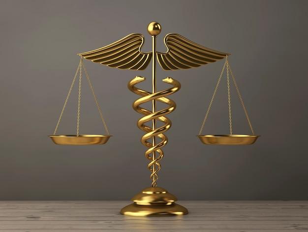 木製のテーブルの上の鱗としての黄金の医療カドゥケウスのシンボル。 3dレンダリング