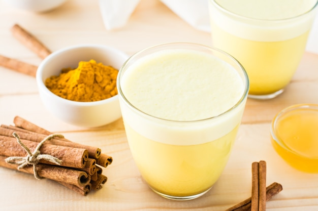 Золотое молоко с куркумой и корицей в очках