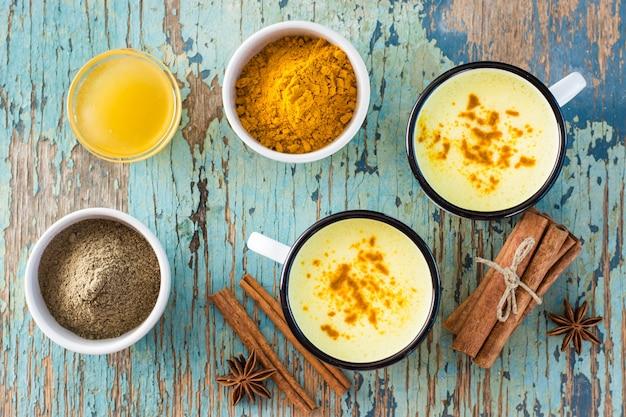 Золотое молоко с куркумой и корицей в кружках