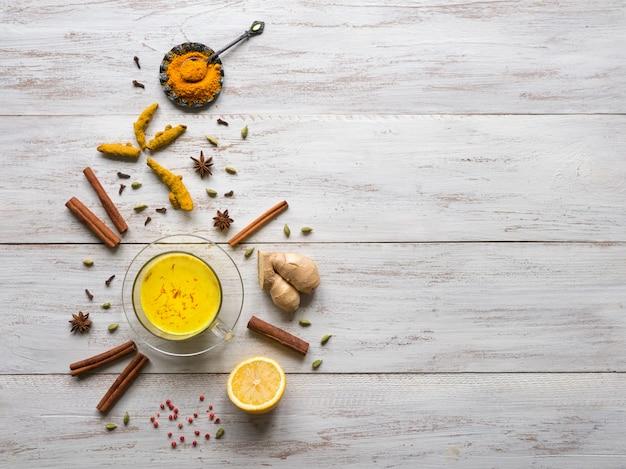 Золотое молоко с куркумой, корицей, имбирем, лимоном и перцем. профилактика противовирусных инфекций на фоне