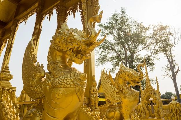 일출 빛, 방클라, 차층사오가 있는 왓 팍남 졸로의 황금 혼합 코끼리 사자 동상