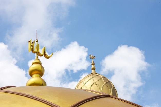 Золотой купол мечети с надписью аллах на вершине для мусульманской концепции фона