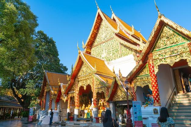 Золотая гора в храме ват пхра тхат дой сутхеп в чиангмае, таиланд.