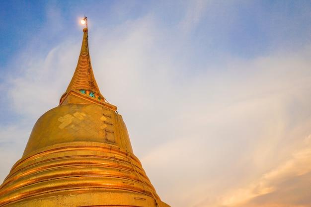 Золотая гора или золотая пагода в центре старого города бангкока, таиланд.