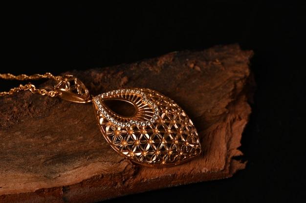 Золотое колье с изолированным на черном