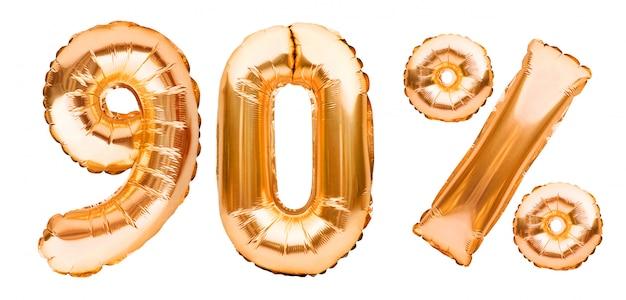 白で隔離される膨脹可能な風船で作られた黄金の90%記号。ヘリウム風船、金箔の番号。セール装飾、90%オフ