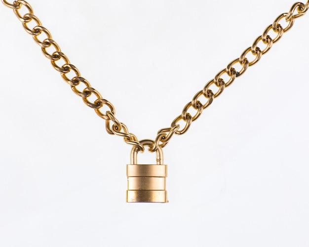 白い背景で隔離の金色のチェーンと金色の南京錠