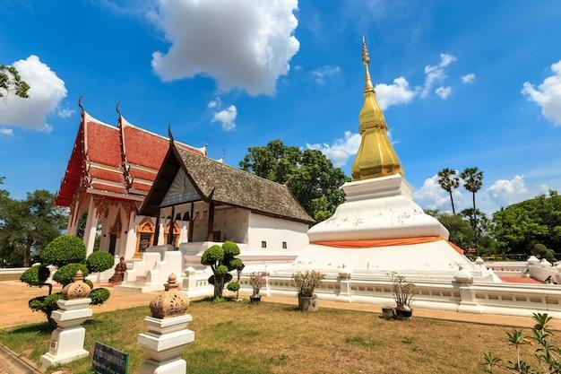 Золотая пагода в пхра тхат кхам каен, хон каен, таиланд