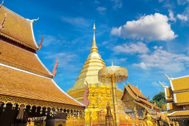 Золотая пагода ват пхра тхат дой сутхеп в чиангмае, таиланд