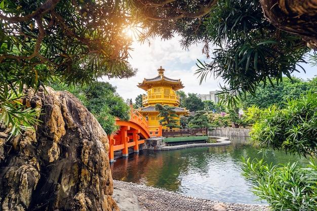 Золотой павильон в саду нан лиан возле монастыря чи линь, гонконг.