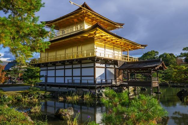 Золотой павильон на берегу озера.