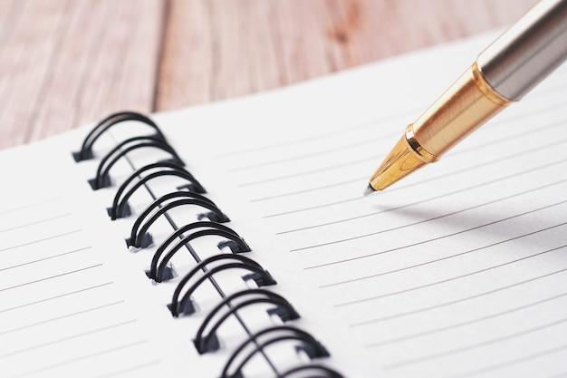 선이 있는 황금 펜과 백서