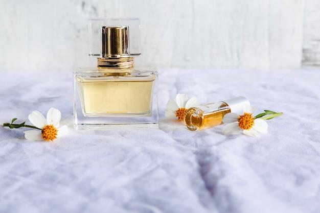 흰색 표면에 황금 향수와 향수 병