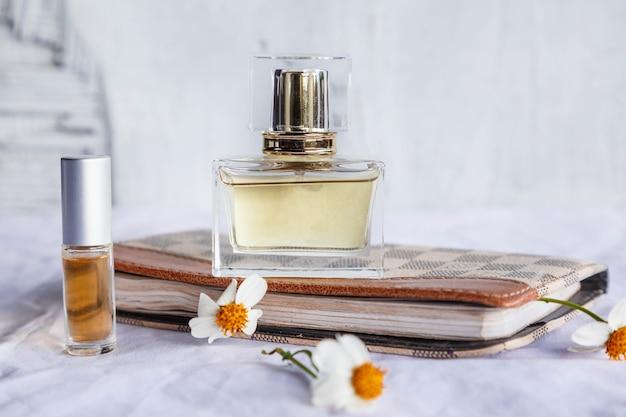 白い表面に金色の香水と香水瓶