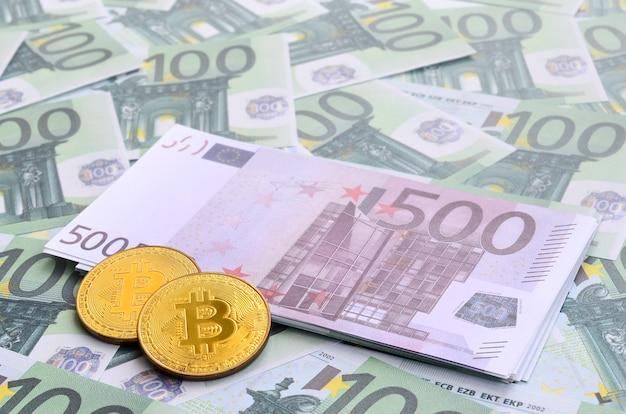 黄金の物理的なbitcoinsは100ユーロの緑の通貨単位のセットにあります