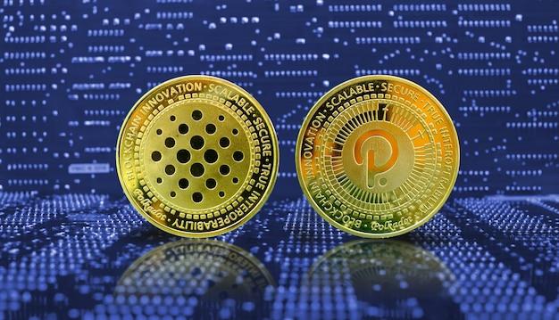 컴퓨터 전자 회로 기판 배경에 황금 물방울 무늬 동전 암호 화폐