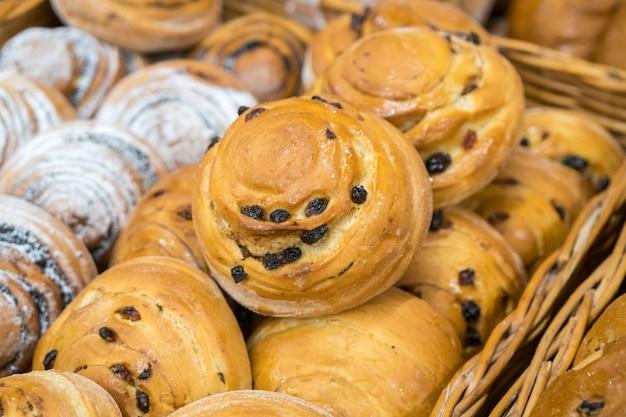 Золотой изюм и маковый хлеб. свежеиспеченные вкусные булочки. пекарня.