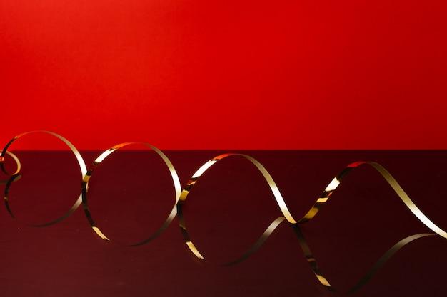 Золотая лента на красном фоне вид спереди