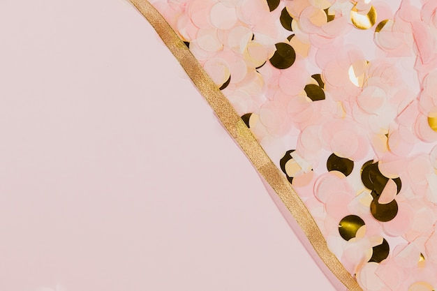 新年の金色のリボンと紙吹雪
